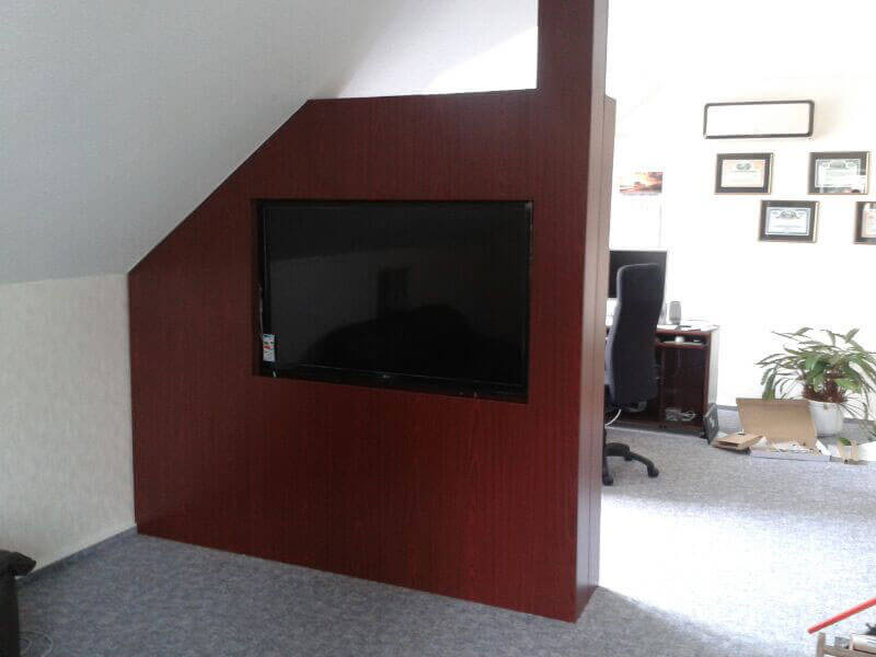 Raumteiler mit Fernseher und Regal