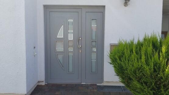 Haustür grau mit Seitenteil