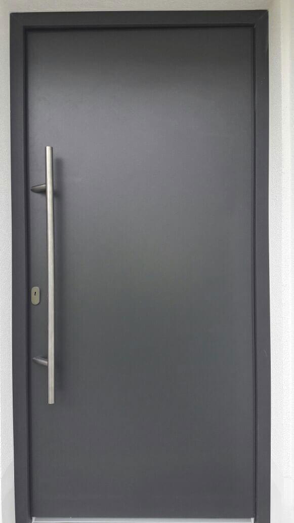 Anthrazit Eingangstür mit Edelstahlstange