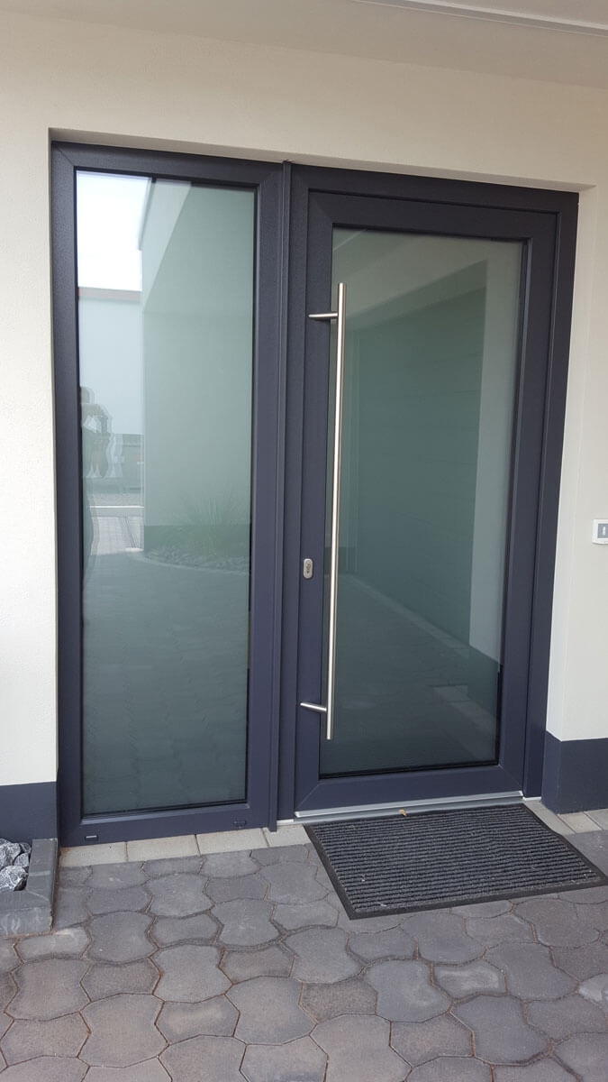 Anthrazit Haustür mit Seitenteil aus Glas