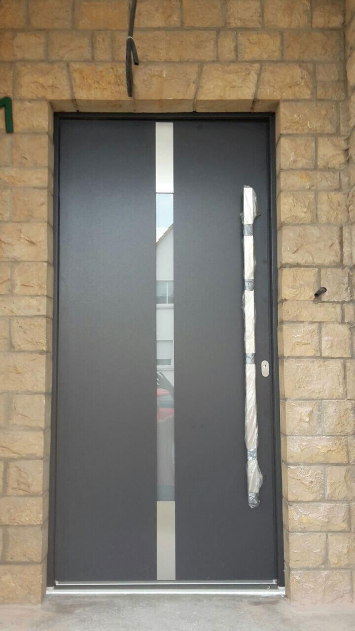 Haustür mit Glasstreifen