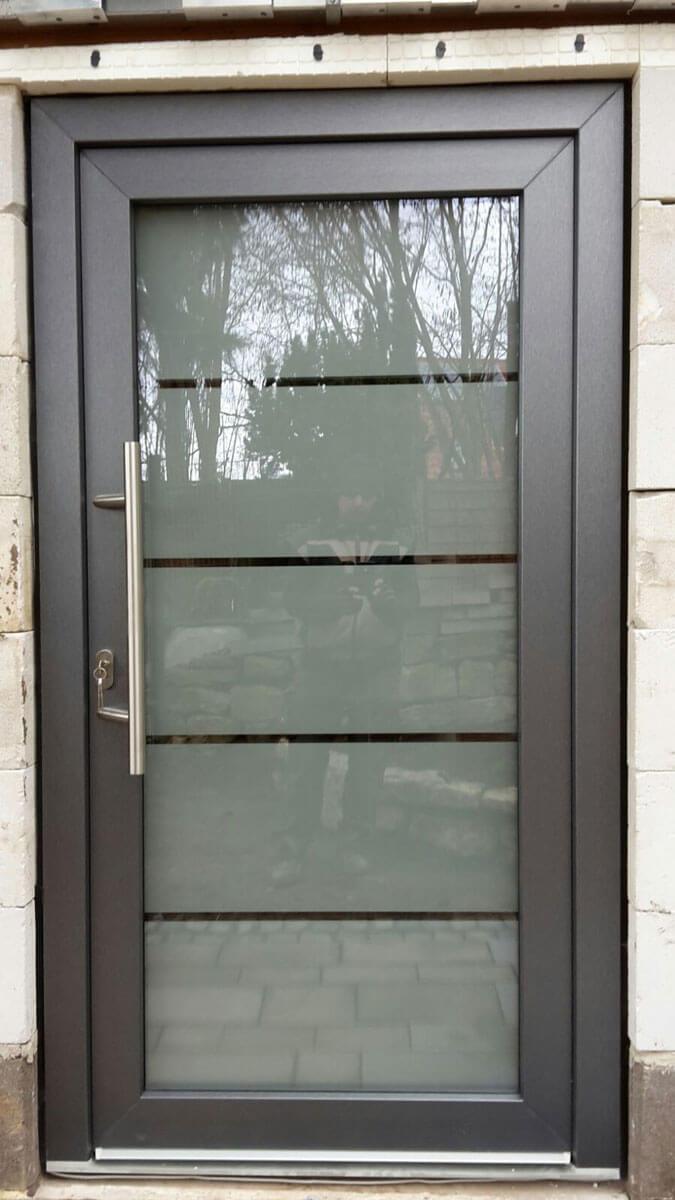 Haustür mit Glaseinsatz und Edelstahlgriff
